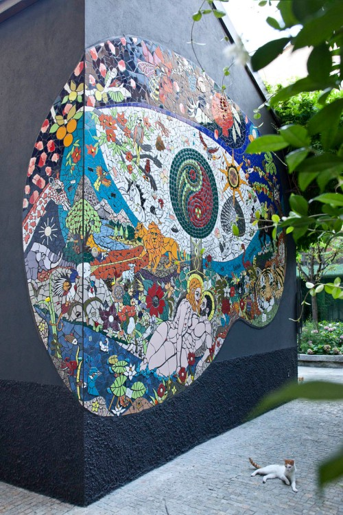 Orodè Deoro, Paradiso Terrestre, 2014, ceramica ritagliata a mano e stucco su muro, m 6x5, Casa Studio dell'architetto Fabio Novembre, Milano